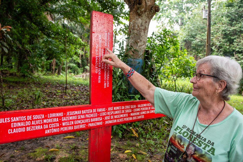 Irmã Jane aponta na cruz os nomes das 23 pessoas assassinadas (Cícero Pedrosa Neto/ Amazônia Real)