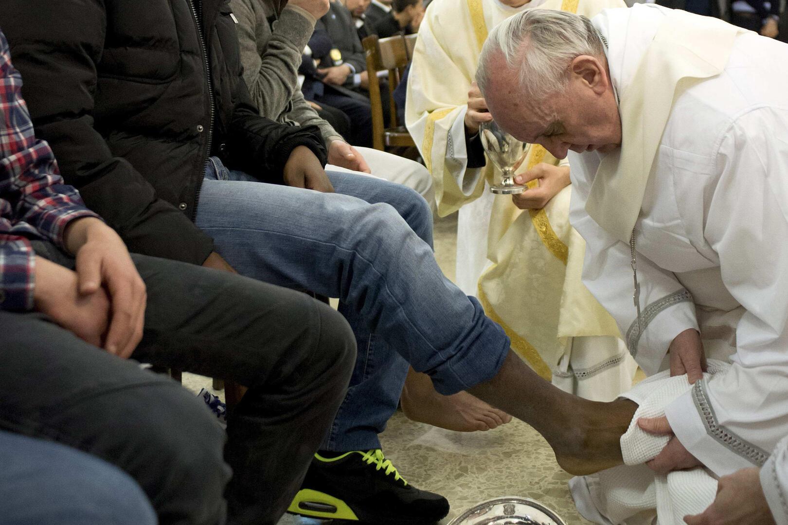 O papa Francisco lava o pé de um presidiário durante a Missa da Quinta-feira Santa da Ceia do Senhor na prisão para menores de Casal del Marmo, em Roma, 28 de março de 2013. (Foto CNS / L´Osservatore Romano via Reuters)