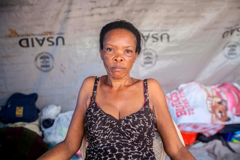 Vesta Guerrier, de 48 anos, posa para uma foto em sua barraca em acampamento para quem perdeu sua casa no terremoto de 14 de agosto em Les Cayes, Haiti (Richard Perrin/AFP)