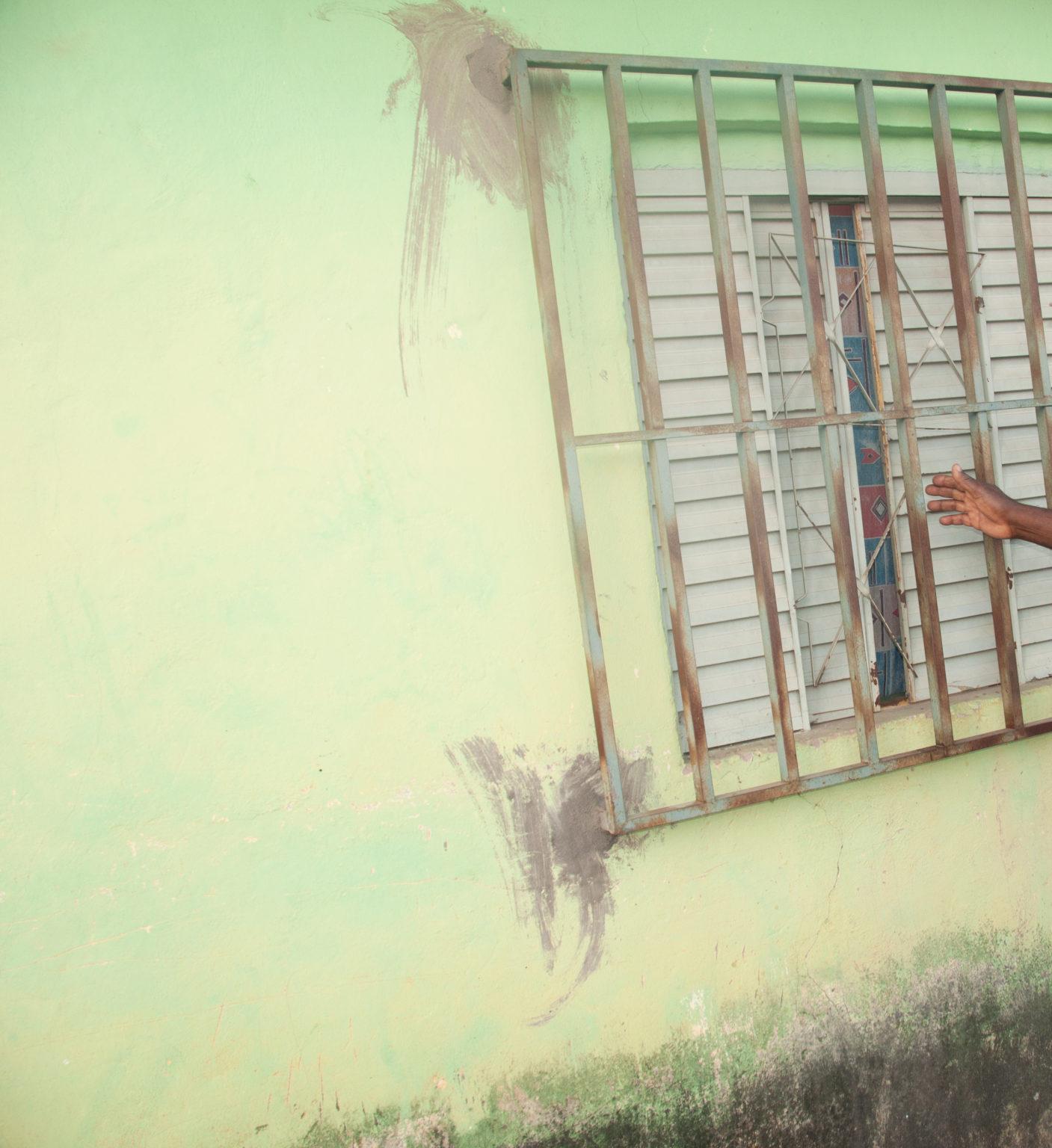 Avô fixou grade de ferro na parede da casa após flagrar Dinamá abusando da neta (Vera Godoi/Agência Pública)