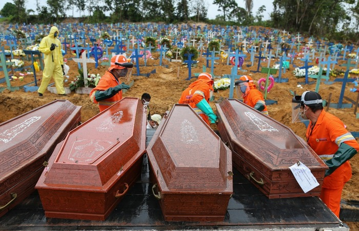 Brasil supera 300 mil mortes por Covid-19 (Michael Dantas)