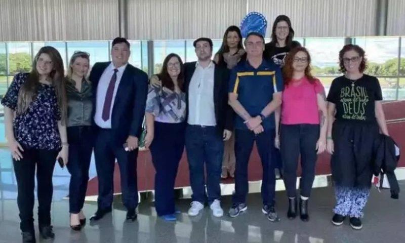 O presidente Jair Bolsonaroem em encontro com os youtubers no Palácio da Alvorada (Reprodução/Facebook)