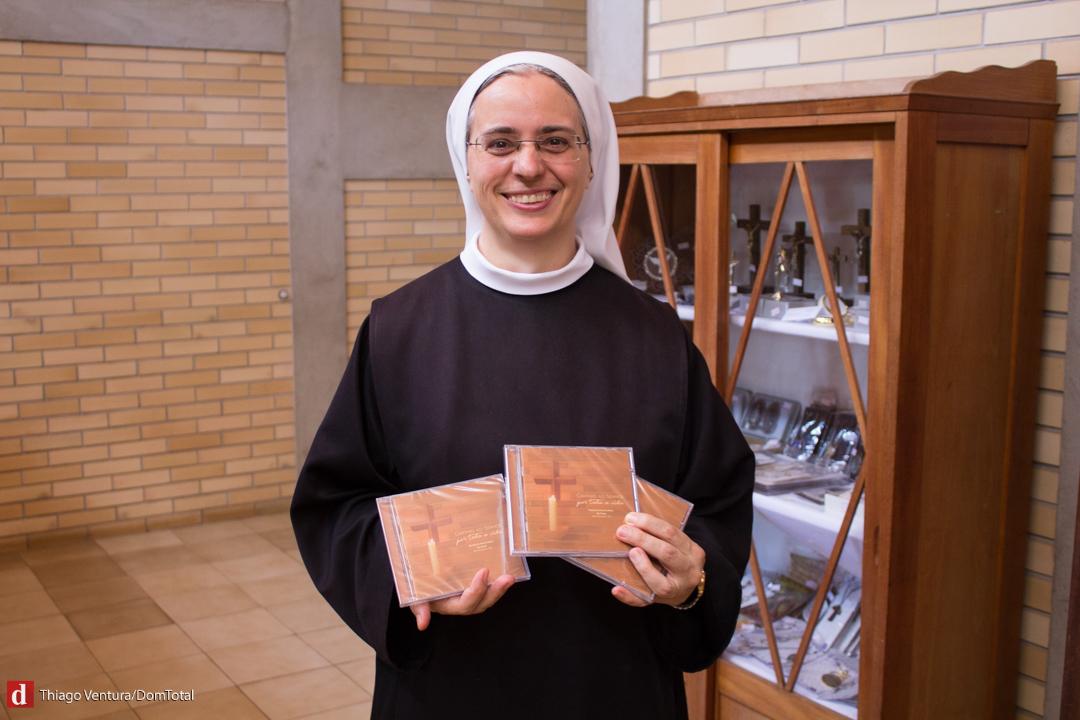 Irmã Agnes, OSB exibe orgulhosa o CD lançado pelas monjas para os 70 anos do mosteiro