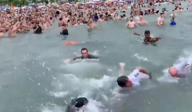 Bolsonaro nada com banhistas no dia 1º e causa aglomeração