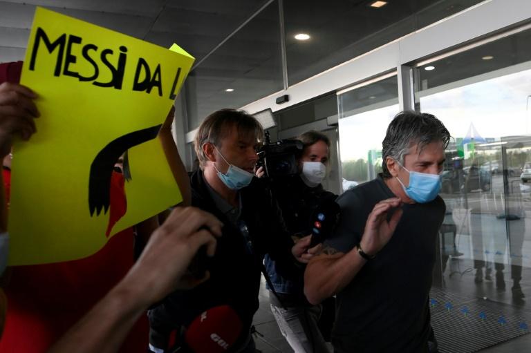 Jorge Messi, pai de Lionel Messi, chega ao aeroporto de Barcelona, no dia 2 de setembro de 2020 (Lluis Gene/AFP)
