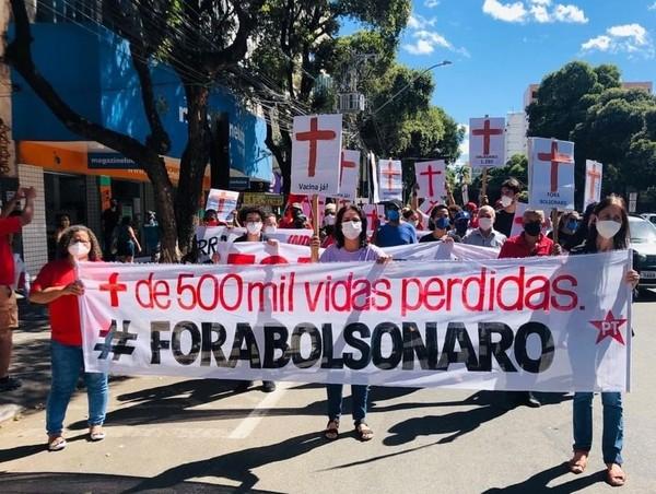 Manifestantes protestaram contra o governo em Governador Valadares (Divulgação)
